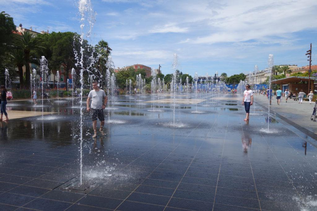 Wasserspiel in Nizza - Im Hintergrund die Fan-Zone